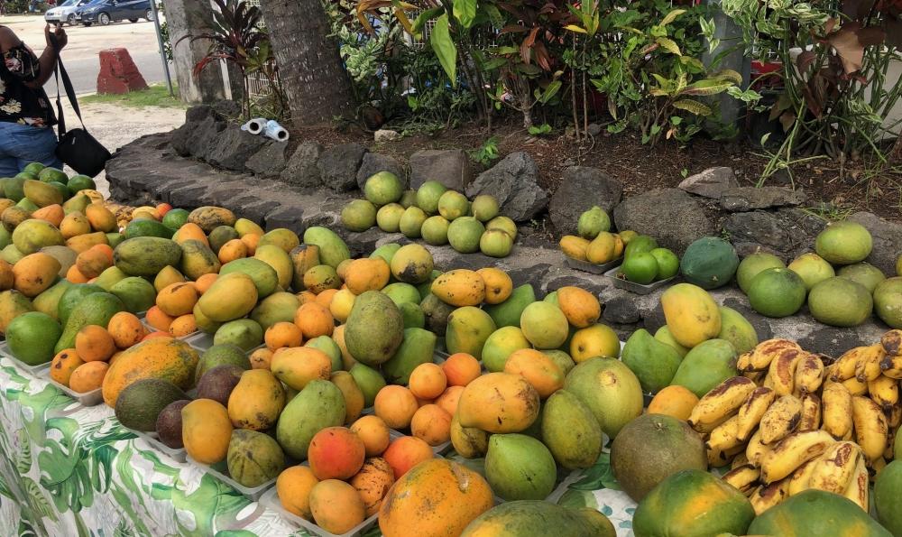 <ボラボラ島ヴァイタペで見つけたとっても甘いマンゴーの屋台